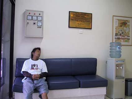 憂鬱そうなセイヤ。BIMC。ここの病院は親切でていねい。