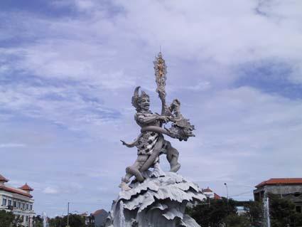 クタのバイパスの交差点にある神様。