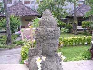 ホテルの庭にある石像。