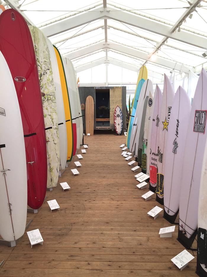 湘南に関係するサーフボードが約200本展示されていました