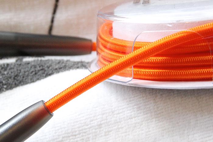 糸を編み込んでいるコード