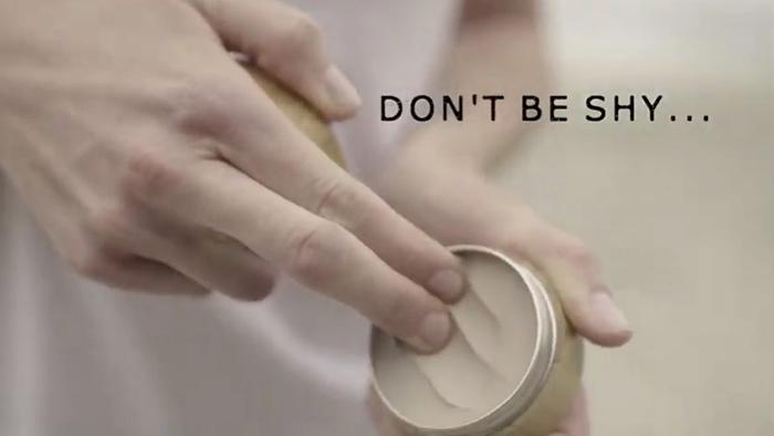指の熱をつかってかるく温めるとさらに使いやすい