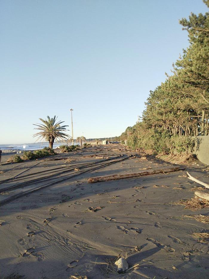 静波は通行道路まで瓦礫、砂が...