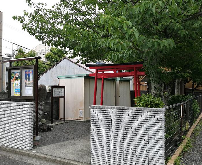 ショップの近くにある小さな神社