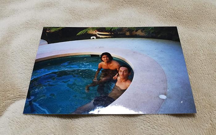 親友とハワイのプールで